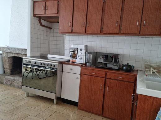 Spacieuse cuisine indépendante fermée de 24 m² avec placards et éléments de rangements au mur