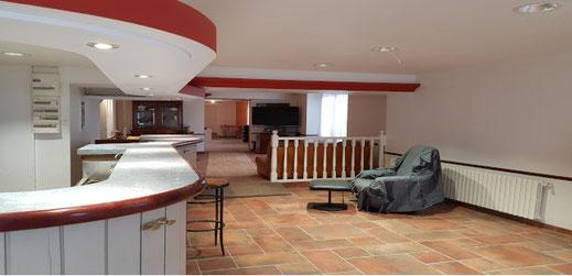 Grand bar salon de 69 m² accessible aux personnes à mobilité réduite (PMR)
