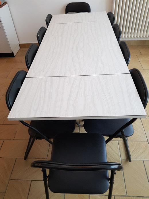 Espace repas : Une très grande table en formica et ses chaises, une seconde table en formica