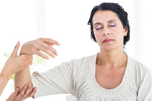Frau lässt sich von Hypnotiseur hypnotisieren