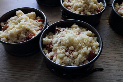 Erdbeer und Rhabarber Streuselkuchen