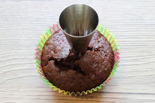verwendet die Wilton 1M and 2A Sprizttüllen um Löcher in die Cupcakes zu schneiden