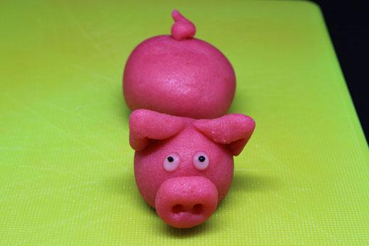 schwimmendes Schweinchen aus Marzipan