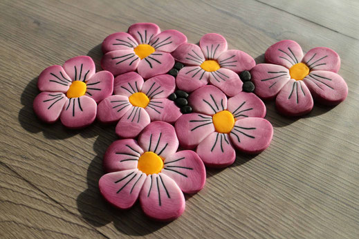 Blumen als Fondantmuster anrichten