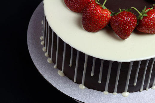 strawberry drip cake with sharp edge