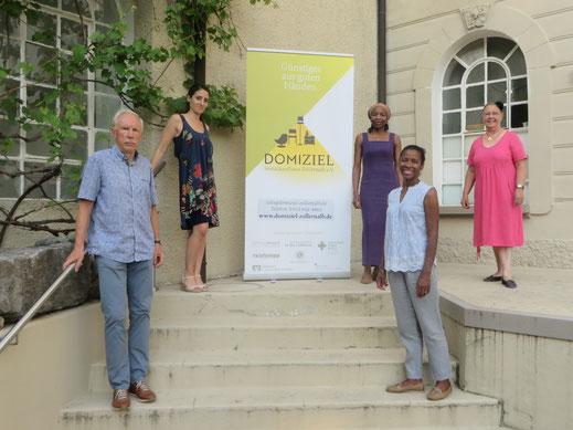 Vor dem Sozialkaufhaus (von links): Karl-Otto Gerstenecker, Tugba Boss, Estelle Koschnike-Nguewo, Solange Fischer-Bernardino und Marianne Roth vom Migrationsbeirat des Zollernalbkreises.