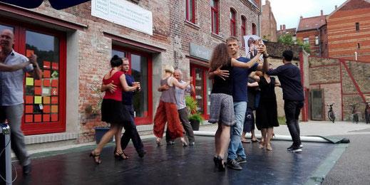 Tango Argentino in Halle (Saale) - Sommerlonga am Sonnendeck (Foto: Immer im Kreis tanzen die Pärchen sich von einer Ecke der Tanzfläche zur anderen. Mitteldeutsche Zeitung, Julia Rau)