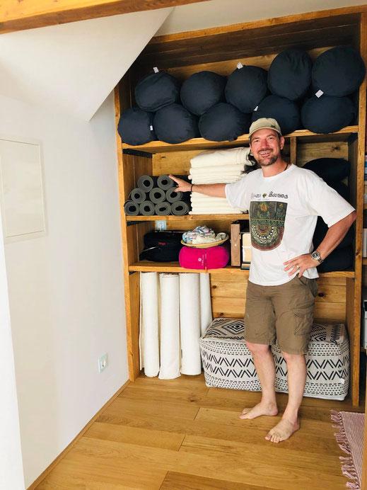 ...wenn der Chef das Equipment persönlich vor Ort nochmal checkt :-) Jürgen im Yogimobil® Studio.