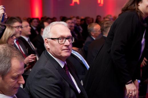 Eventfoto von einem älteren Herren mit Brille. Blitzfunktion erklärt