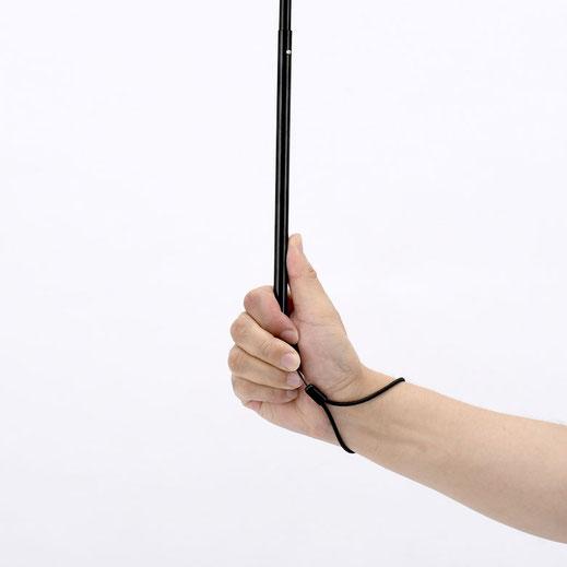 ハンドルをつつむように持つと手が痛くなりにくく、しっかりホールドできる