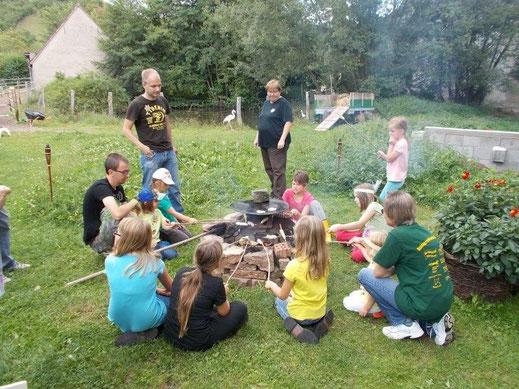 Grillen am offenen Feuer, Stockbrot und Würstchen, Seppo, Helga und Elfriede haben aufgepasst