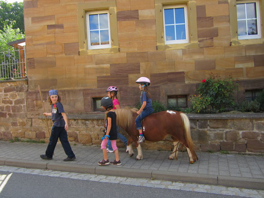 """Noha passt auf, dass alle auf dem gehweg bleiben / das Pony ist """"Zicke"""" von Jutta!"""