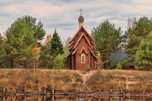 Часовня освященная во имя св. преп. Александра Свирского на р. Оять там, где когда-то была деревня Мандера и жили св. преп. Сергий и Варвара Островские