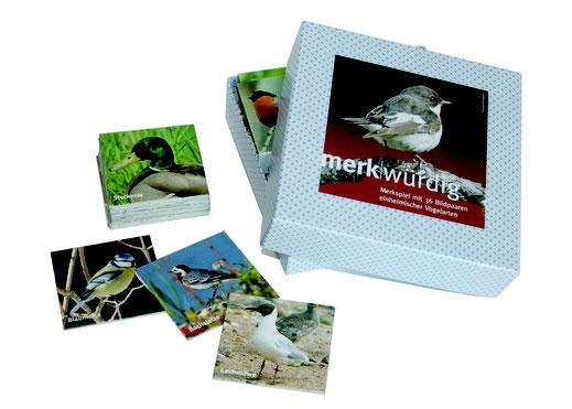 Verpackung des Spieles mit Trauerschnäpper auf dem Deckel. Bildkärtchen mit Stockente, Blaumeise, Bachstelze