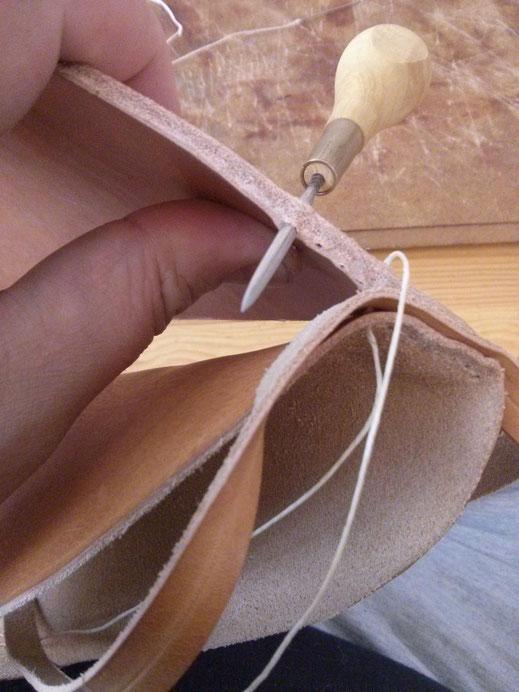 Couture de l'empeigne sur la semelle : perçage chair-bord, vue coté bord