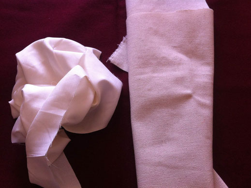 Fig 4. De gauche à droite : soie et toile à broder en lin (Photo Sihame Cornetet)
