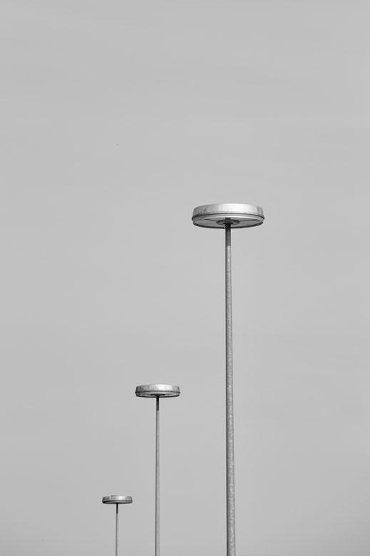 lamps, berlin, monochrome, black, white, schwarz-weiß, Minimalismus, minimalism, minimalist, minimalistisch, Holger Nimtz, Wandbild, Fotokunst,