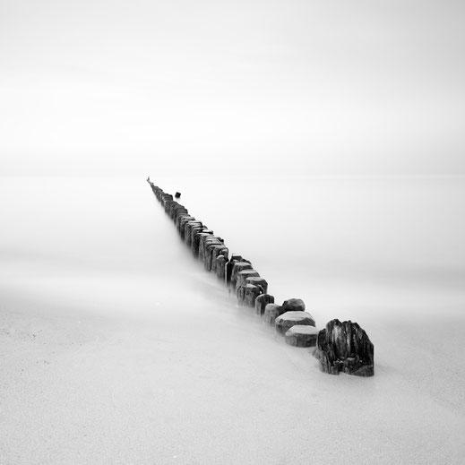 groyne, Buhne, Ahrenshoop, Baltic Sea, Ostsee, schwarz-weiß, Minimalismus, minimalism, minimalist, minimalistisch, Holger Nimtz, Wandbild, Kunst, Fotokunst, long exposure,