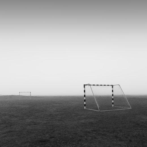 13. Black & White Spider Awards 2019, Nebel, Soccer field, Denmark, schwarz-weiß, Minimalismus, minimalism, minimalist, minimalistisch, Holger Nimtz, Wandbild, Kunst, fine art, Fotokunst, Photography,