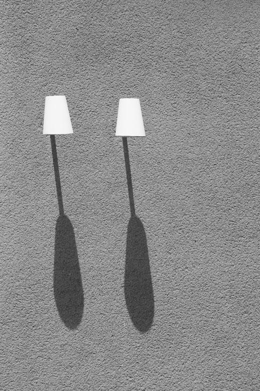 lamps, shadow, Schatten, berlin, monochrome, black, white, schwarz-weiß, Minimalismus, minimalism, minimalist, minimalistisch, Holger Nimtz, Wandbild, Fotokunst,