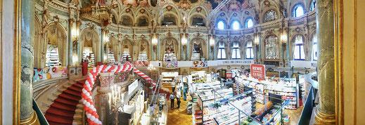 Eine Supermarktkette hat vorübergehend das neobarocke Foyer besetzt...