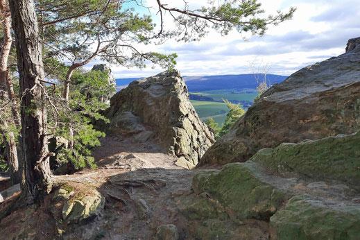 Zwischen Bäumen und Felsen kann man w den Vorharz sehen.