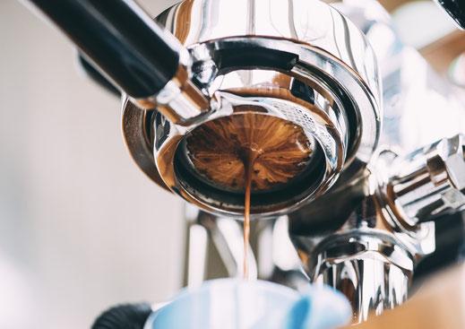 Espressozubereitung mit einem bodenlosen Siebträger