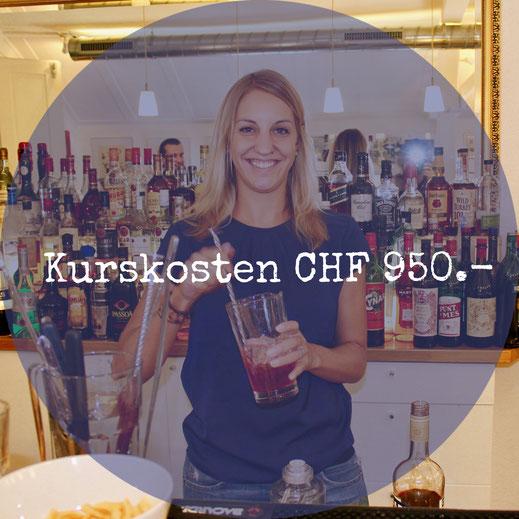 Bardame mit Mixglas in der Barschule Zürich