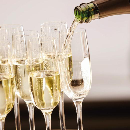 Champagner Gläser die mit Champagner gefült werden