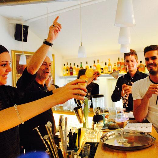 Schüler im Barkurs der Barfachschule Zürich