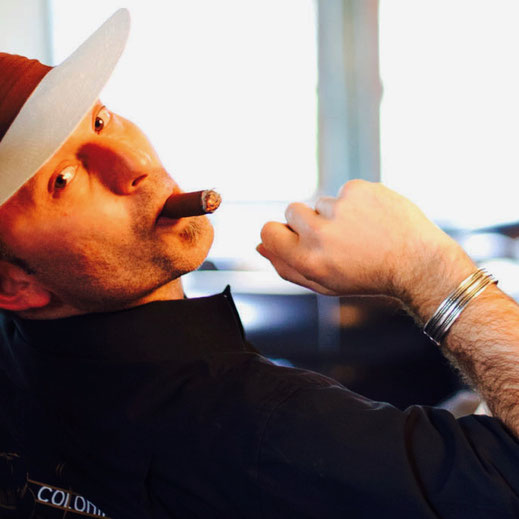 Mann mit Zigarre Barkeeperschule Schweiz