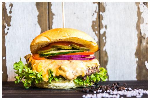 BETTY'S CHILI CHEESE Burger - Heißer Genuss - Rindfleisch, Tomate, rote Zwiebeln, Gurken hausgemachte Chili Cheese Creme & Heinz Ketchup