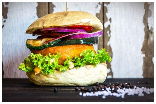 FLOWER POWER Burger - Für angehende Hippies - Ziegenkäse paniert & frittiert, Aubergine, Zucchini, Salat, Tomate, rote Zwiebeln, Gurken, hausgemachte Burger Sauce & Heinz Ketchup
