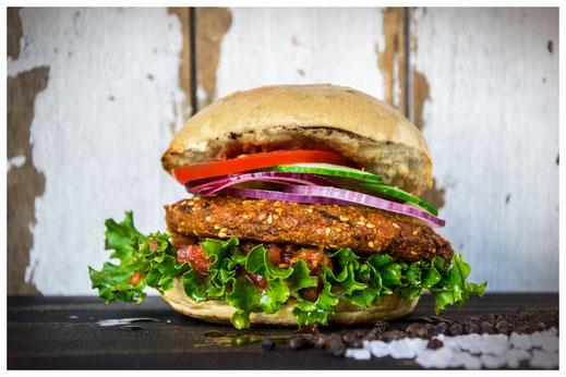 FALAFEL KANONE Burger - Der beste Freund des Vegetariers - Hausgemachter Falafel Patty wahlweise mit Chilisauce oder Burger Sauce, Salat, Tomaten, Gurken, Zwiebeln