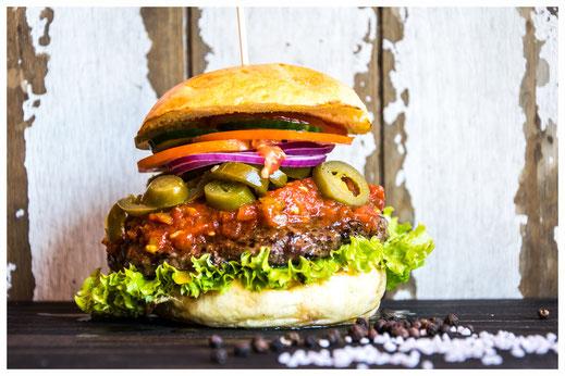 DIE SCHARFE WILMA Burger - Das heiße Gerät - Rindfleisch, Salat, Tomate, rote Zwiebeln, Gurken, Jalapenos, hausgemachte Chili Sauce & Heinz Ketchup
