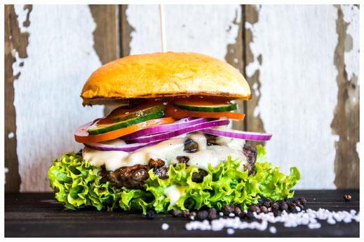 LARI FARI Burger - Champignons, Chabo! - Rindfleisch, gebr. Champignons, Emmentaler Käse, Salat, Tomate, rote Zwiebeln, Gurken, hausgemachte Aioli & Heinz Ketchup