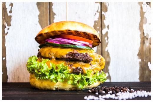 BARNEY´S KÄSETRAUM Burger - Geröllheimer lässt grüßen - Rindfleisch, Cheddar Käse, Salat, Tomate, rote Zwiebeln, Gurken, hausgemachte Burger Sauce & Heinz Ketchup (auf dem Bild mit extra Patty)