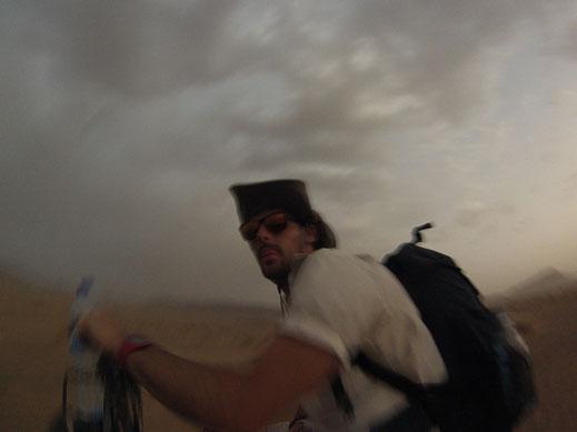 dans une tempête de sable en chameau