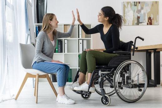 Deux jeunes femme, l'une valide, l'autre avec un handicap