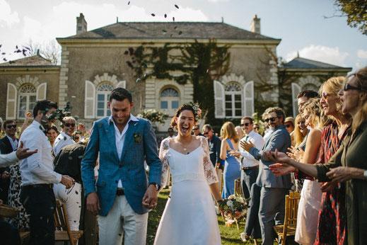 Sortie de la cérémonie laïque des mariés, organisation et décoration d'un mariage franco-australien par My Daydream Wedding, dans une résidence privée