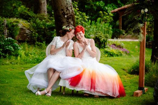 Rire des mariées lors de la cérémonie laïque, organisation et décoration de mariage par My Daydream Wedding, mariage gay, mariage LGBT, thème geek et fantastique
