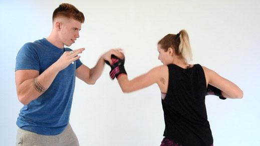 Coup de poing uppercut en séance de boxe