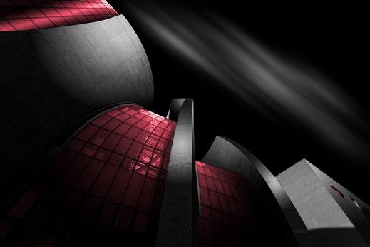 DITIB Zentralmoschee in Köln mit roten Fenstern