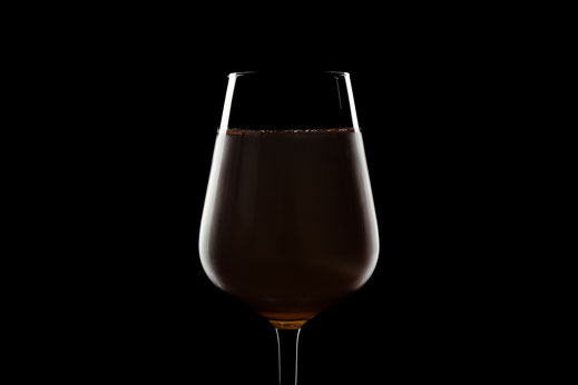 Weinglas mit Weißwein unter minimalistischer Beleuchtung mit Kantenlicht und schwarzem Hintergrund von Tobias Gawrisch (Xplor Creativity)