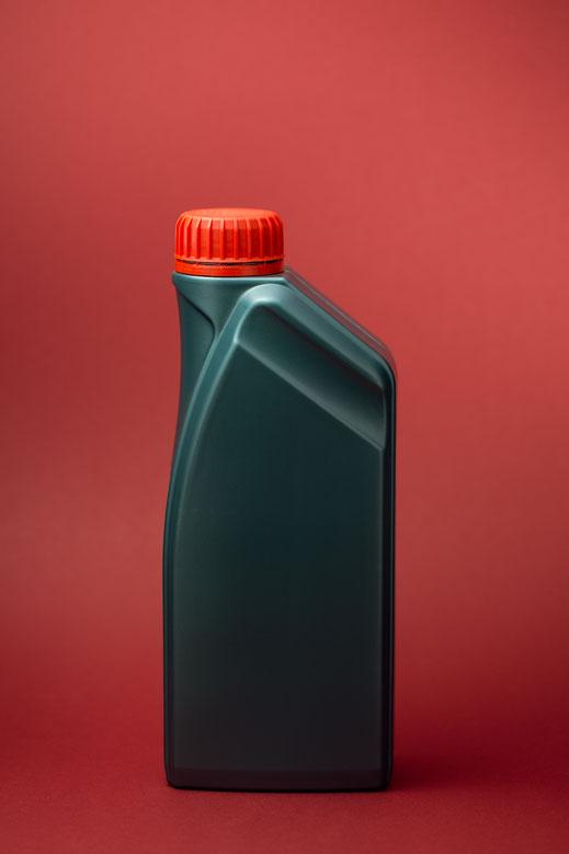 Ölflasche vor rotem Hintergrund von Tobias Gawrisch (Xplor Creativity)
