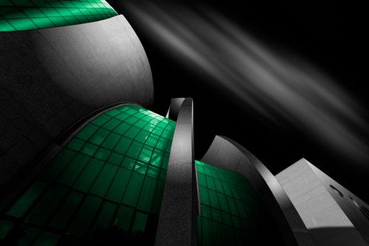 DITIB Zentralmoschee in Köln mit grünen Fenstern