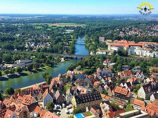 Der Blick über die Donau Richtung Neu-Ulm. Mittig vorne das Schwörhaus.