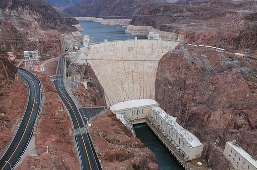 Der Staudamm Hoover Dam staut das Wasser zum Lake Mead auf.