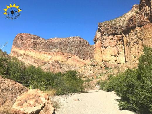 Eine einfache Wanderung zum Lower Mesa Pour Off im Big Bend.