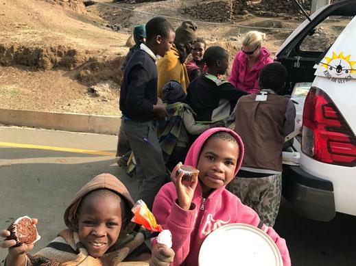 Sinnvoll Spenden in Lesotho ist angebracht. Nicht einfach Süßigkeiten verteilen.